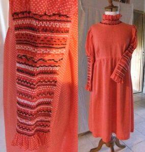 des smoks réalisés sur les manches et le col donnent toute la valeur à cette robe