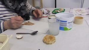 Travailler la coquille d'œuf nécessite de la patience