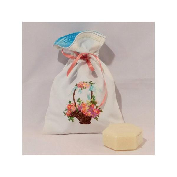 Détail du sac avec un savon.