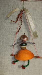 """Une """"poupée Zest'agrume"""" est en exercice sur une balançoire."""