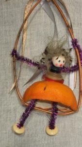 """Une poupée """"Zest' d'agrume"""" fait son exercice sur un cerceau dans l'espace. Elle veut aller plus haut."""
