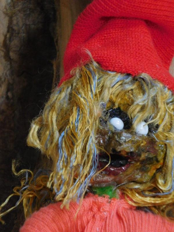 Détail de la tête du Vertacolutin au bonnet rouge. Il est décoratif et suspendu.