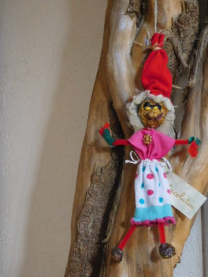 Vertacolutine au bonnet rouge et jupe à pois. elle est décorative.