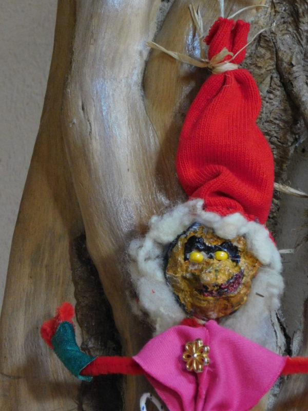 Détail de la Vertacolutine au bonnet rouge. Elle est décorative.