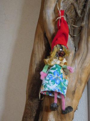 Vertacolutine au bonnet rouge et jupe à fleurs.
