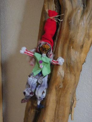 Vertacolutin au bonnet rouge et pantalons bouffants. Il est décoratif et suspendu.