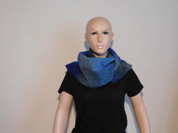 Une autre façon de porter l'écharpe tissée: en superbe tour de cou.
