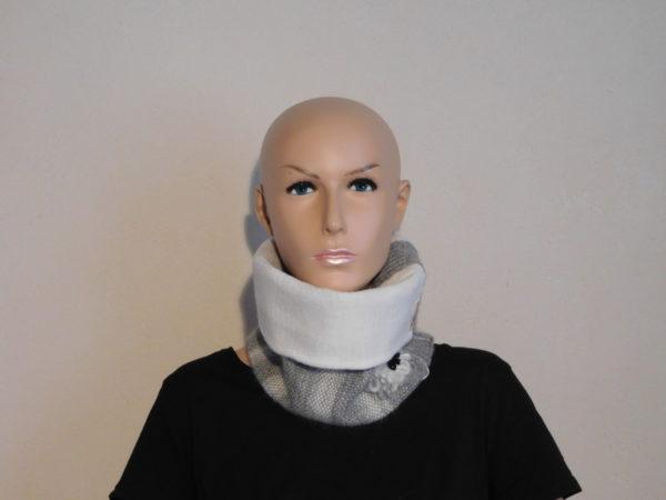 Une autre façon de porter le tour de cou; la doublure peut se montrer.