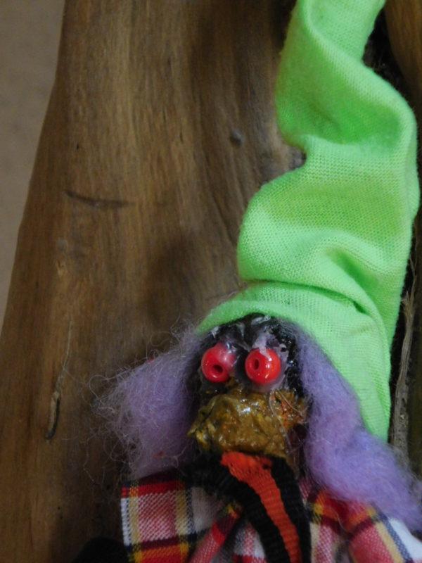 détail de la tête du petit vertacolutin au bonnet vert