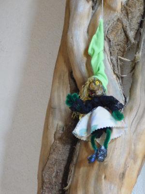 Petite Vertacolutine au bonnet vert chemisier dentelle et jupe