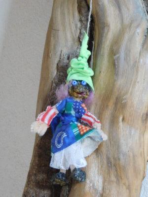 Petite Vertacolutine au bonnet vert jupe patchwork bleu et jupon blanc