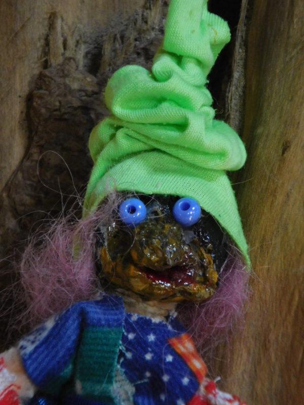 détail de la tête de la petite Vertacolutine au bonnet vert