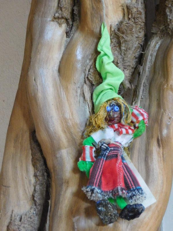 Petite vertacolutine au bonnet vert vêtue d'un kilt écossais