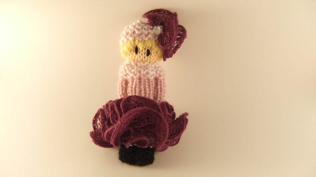 POupée tricotée avec une jupe volantée