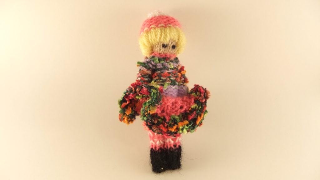 Poupée tricotée avec une robe très fantaisie