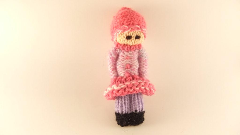 poupée tricotée en mauve et rose