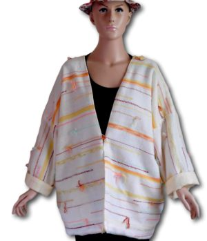 Veste tissée doublée auxmanches longues et retroussées.