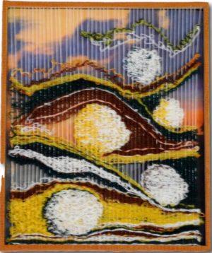 tableau tissage avec pour fond, un tableau de peintre. Le tissage permet le relief sur le tableau.